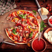Pizza är en populär italiensk maträtt